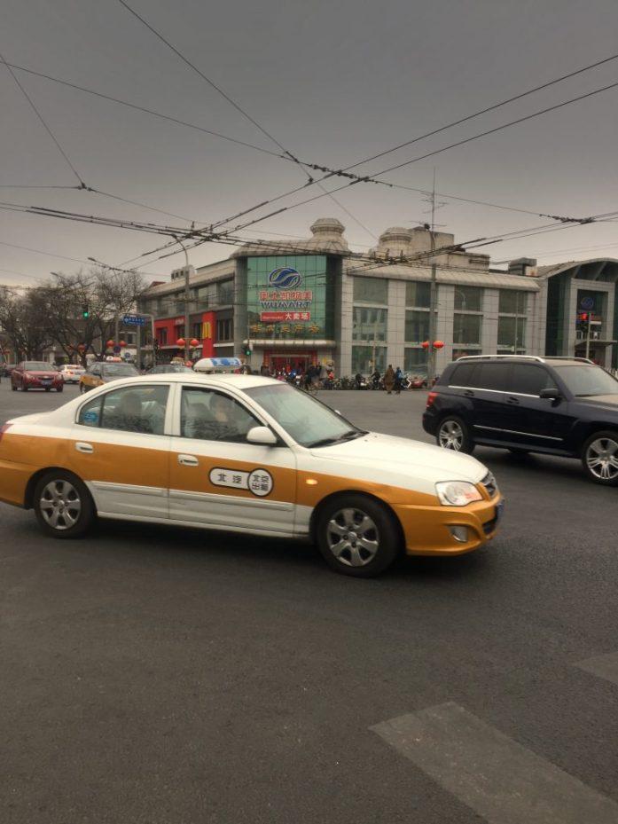Virallinen taksi on helppo tunnistaa värityksestä ja takalasissa olevasta hintatarrasta.