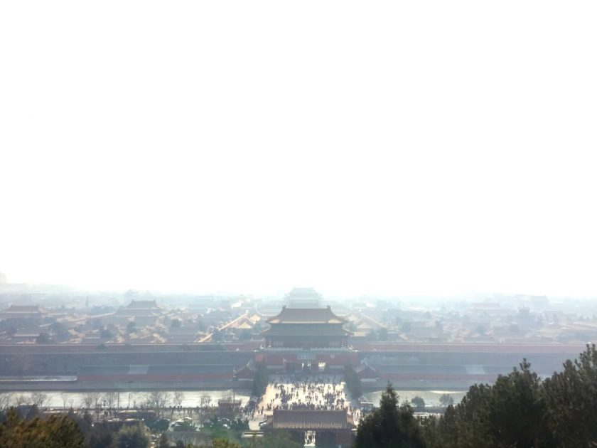 Kielletty kaupunki savusumua peitossa.