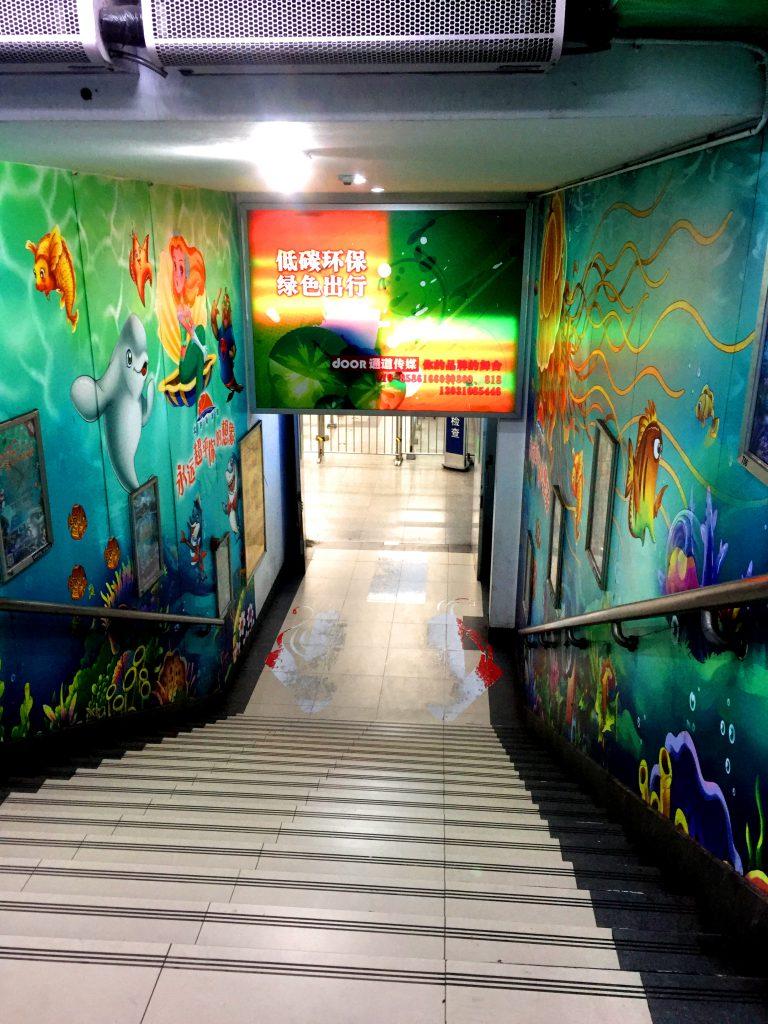 Metroasema oli koristeltu pysäkin mukaisesti.