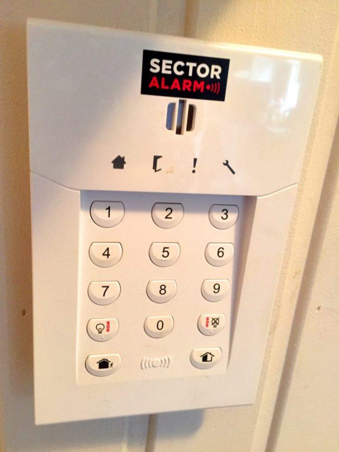 Oven viereen asennettava järjestelmä kytketään päälle joko lätkällä tai tunnuskoodilla.
