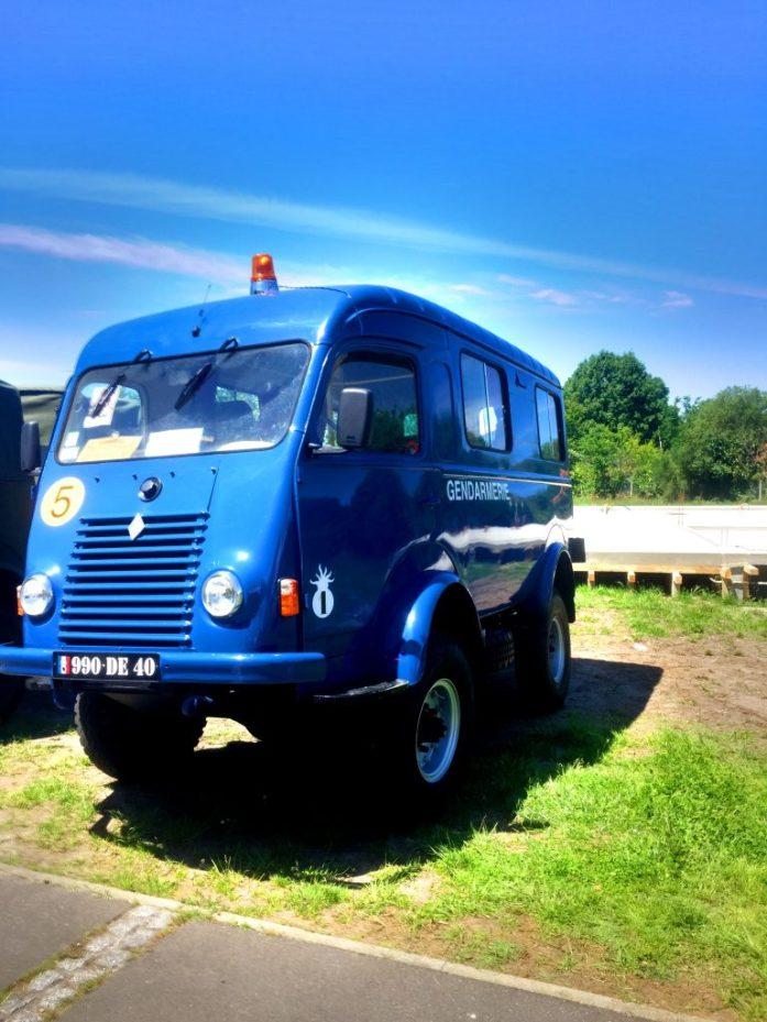 Léonin vide-grenierin yhteydessä järjestettiin myös vanhojen autojen näyttely. Santarmien auto oli aikoinaan hieman eri luokkaa kuin nykyään.