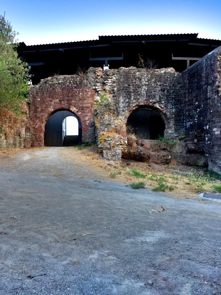 Amfiteatterista on jäljellä enää osa seinistä, toki se muutoin on kunnostettu ja toimii moninaisena tapahtumapaikkana.