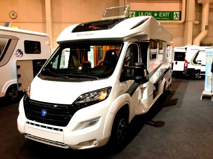 Puoli-integroitu auto Helsingin Caravan messuilla