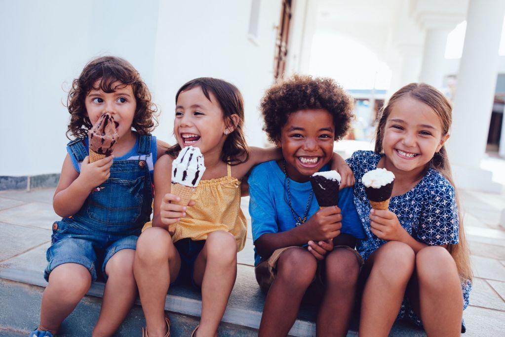 crianças abraçadas chupando sorvete