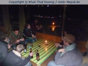 Mit Volontären in einer Bar in Pokhara Silvester gefeiert.