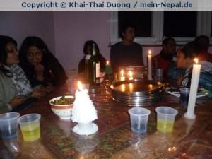 Wenn am Abend mal der Strom abgeschaltet wird, so wird im Kerzenschein gegessen.
