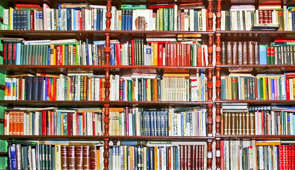 uma parede de livros