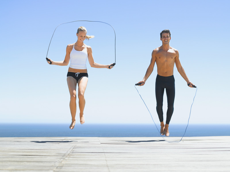 A man and a woman working out with jump ropes, pulando corda, corda