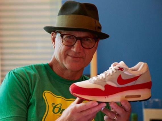 Tinker Hatfield com o tênis Nike Air Max 1