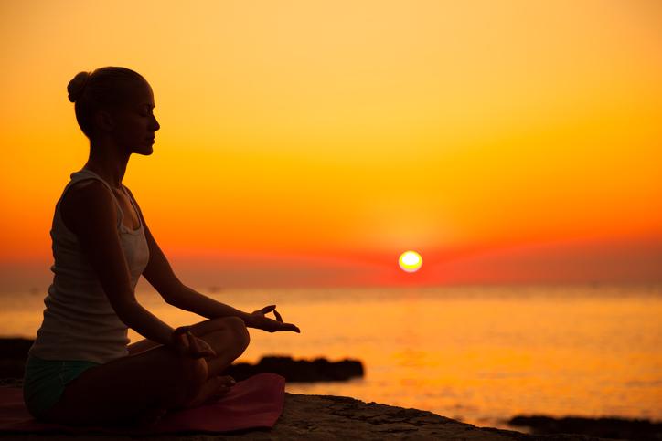 mulher meditando meditação