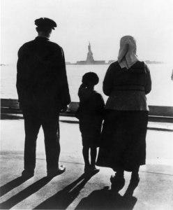 mam-pa-e-figlio-emigranti