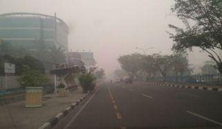 Asap pekat di depan Sun City Pekanbaru. (foto hermanto ansam)