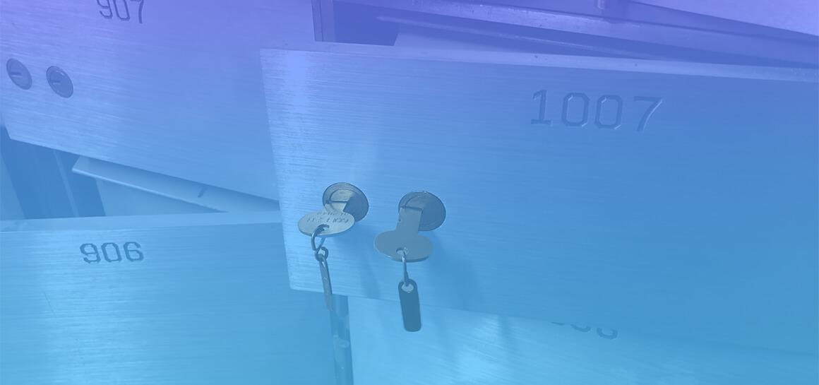 Criptografía asimétrica, ¿qué relación tiene con la FIEL? Imagen que muestra una caja de seguridad con dos cerraduras y sus respectivas llaves.