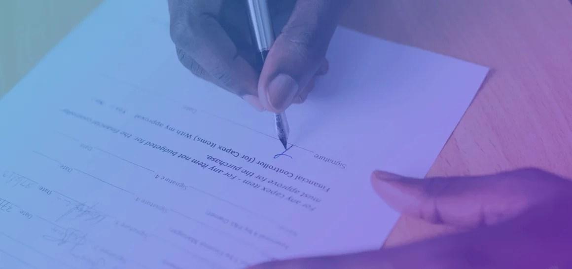 Dudas comunes sobre cambios en procesos al implementar firma digital de contratos. Imagen de un documento siendo firmado en papel.