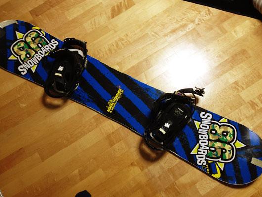 ステッカーをスノーボードに貼る工程