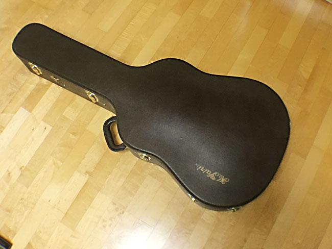 ハードケースに入ったアコースティックギター