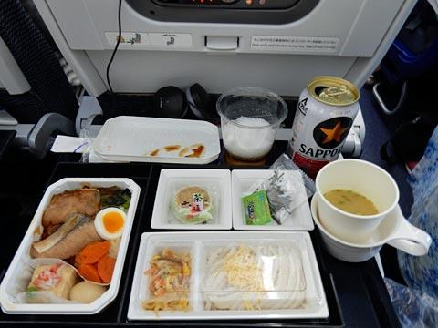 機内食。洋食と和食が選べますが、私は和食を選択w