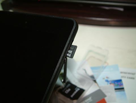 本体右にカバーがあって、開けるとマイクロSDカードのスロットがあります。