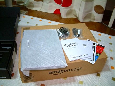 箱の中身~。本体、説明書類、充電器とマイクロUSBk-ブル!