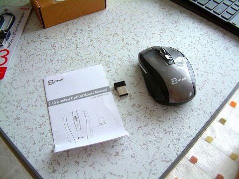 箱の中身は…本体、USBレシーバー、説明書。