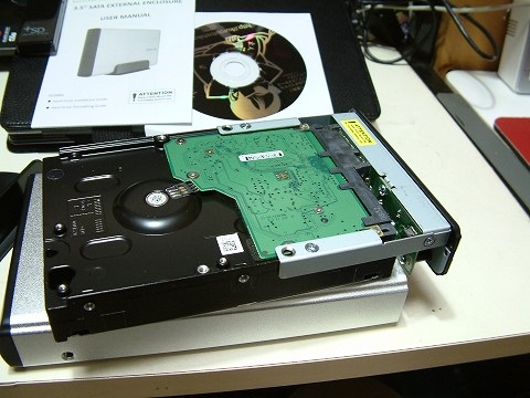 HDDを装着して。ネジ2本で止めます。