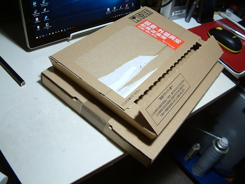 今回のネコポスの箱のほうが、一回り大きい!