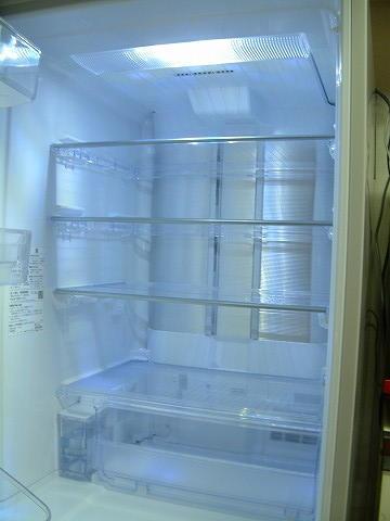 一番上が冷蔵室。天井にプラズマクラスターの吹き出し口があります。