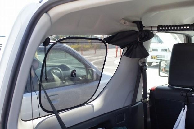 後ろの席の窓に取り付けると、こんな感じ。