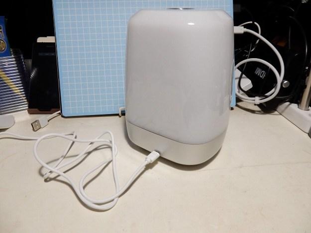 マイクロUSBケーブルで充電します。