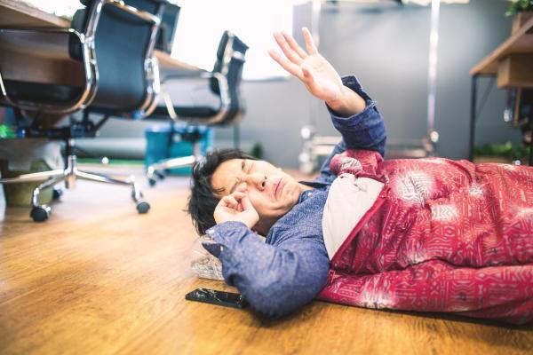 オフィスで寝袋で寝ている社畜