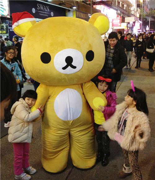 The children loved the big Christmas Rilakkuma on the streets of Tsim Sha Tsui