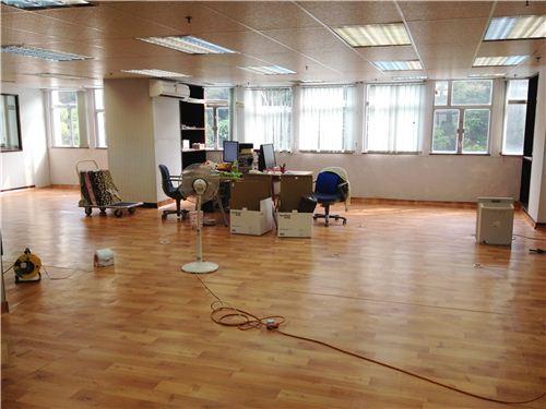 The 3 desks look still quite lost in the new BIG office