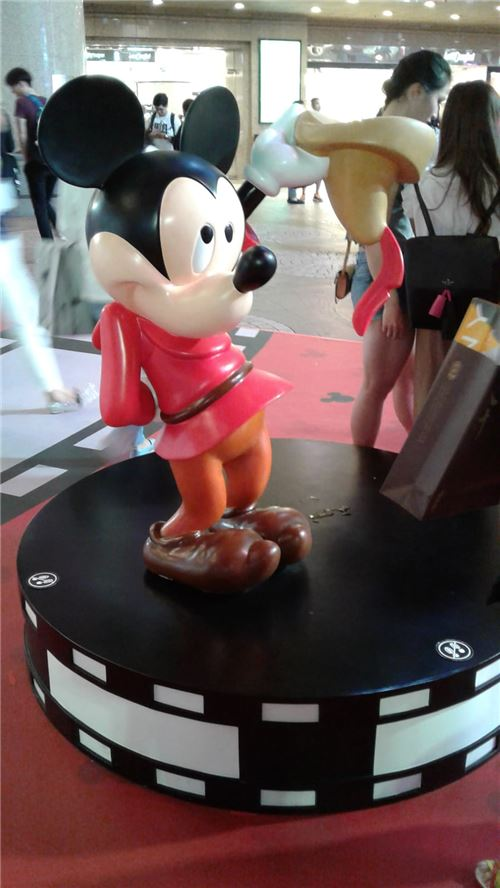 Mickey Mouse is adorable here!