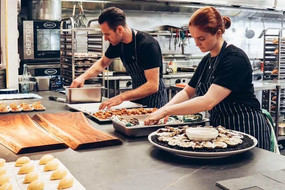 Beda dengan dapur restoran biasa, cloud kitchen disebutkan susanty dapat memproduksi makanan dari satu sampai beberapa merek sekaligus. Apa Itu Cloud Kitchen Dan Bagaimana Trennya Pada 2020