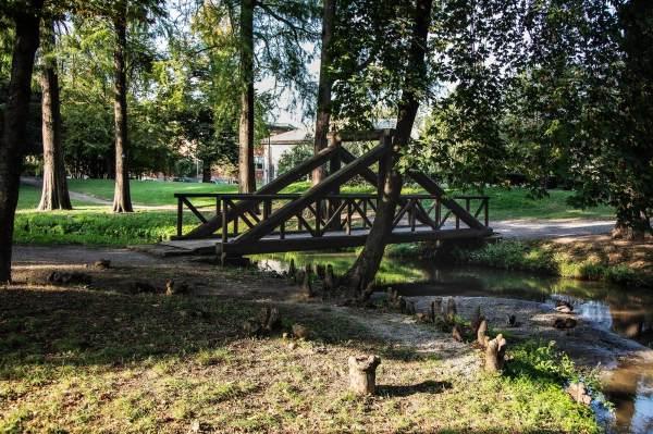 """Il ponte ai Giardini Pubblici di Crema (Cr), il luogo scelto per ambientare il ritratto di Michela per il progetto """"Donne di Crema"""" (C)Monica Monimix Antonelli"""