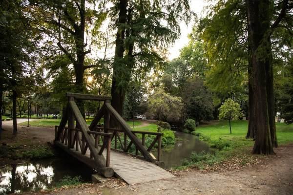 """Il ponte ai Giardini Pubblici di Crema, il luogo scelto da Amanda per ambientare il suo ritratto per il progetto """"Donne di Crema"""" (C)Monica Monimix Antonelli"""