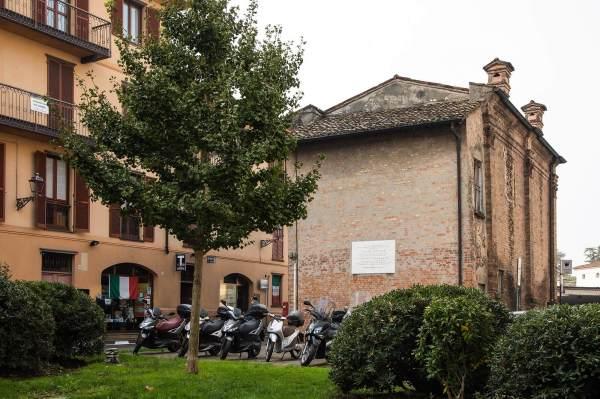 """L'ex Teatro Sociale in Piazza Marconi a Crema (Cr), il luogo scelto da Matilde per ambientare il suo ritratto per il progetto """"Donne di Crema"""" (C)Monica Monimix Antonelli"""