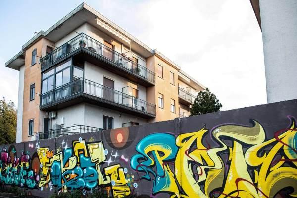 """Il muro con i graffiti in via IV Novembre a Crema (Cr), il luogo scelto da Simona per ambientare il suo ritratto per il progetto """"Donne di Crema"""" (C)Monica Monimix Antonelli"""