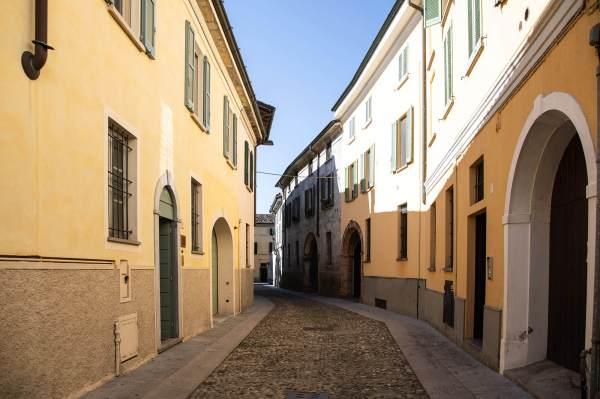 """Una tipica via del centro Crema (Cr) il luogo scelto da Anca per il suo ritratto per il progetto """"Donne di Crema"""" (C)Monica Monimix Antonelli"""