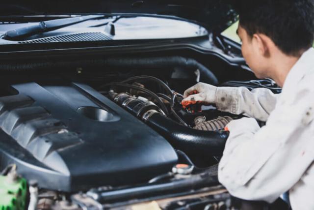 imagem de um carro sendo analisado para descobrir problemas que surgiram após o veículo pegar no tranco