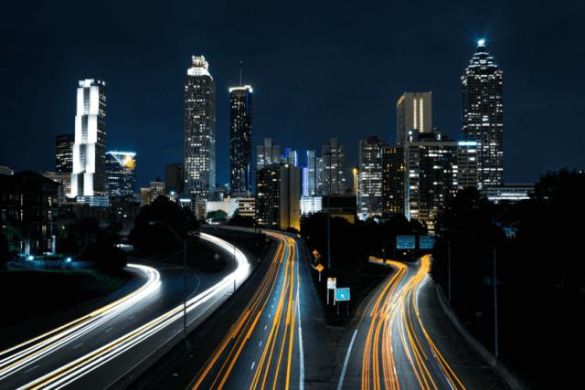 imagem de uma cidade urbana com longas pistas iluminadas