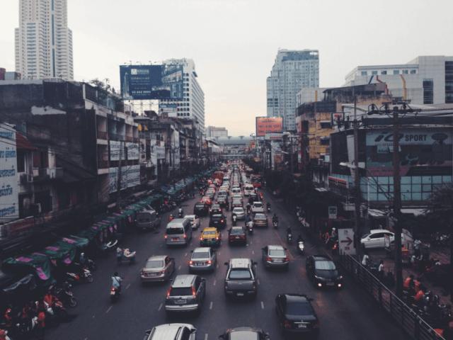 fotografia de rua com muitos carros para tratar dos perigos de não aprender como saber se a bateria do carro está ruim