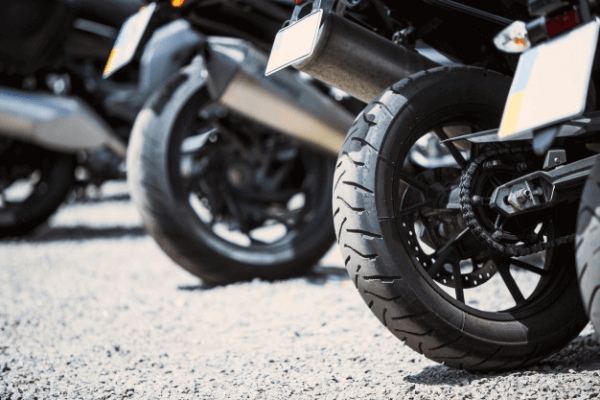 Dirigir com pneu careca trás riscos à segurança do condutor. Na imagem vemos algumas motos com o pneu desgastado.