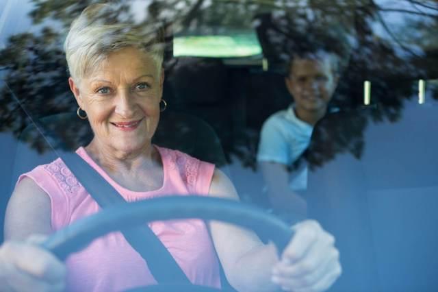 Imagem de uma motorista digirindo com um dos bons tipos de motores de carros