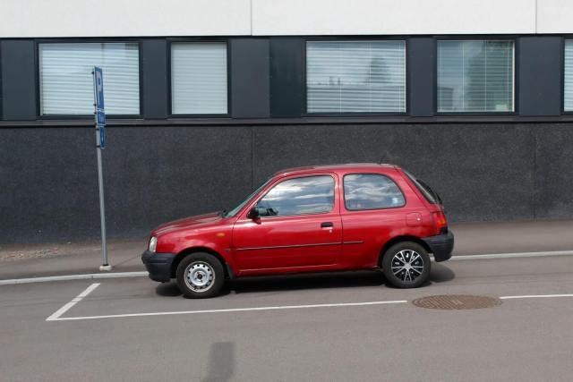 Imagem de um automóvel com seu freio de mão funcionando corretamente para estacionar