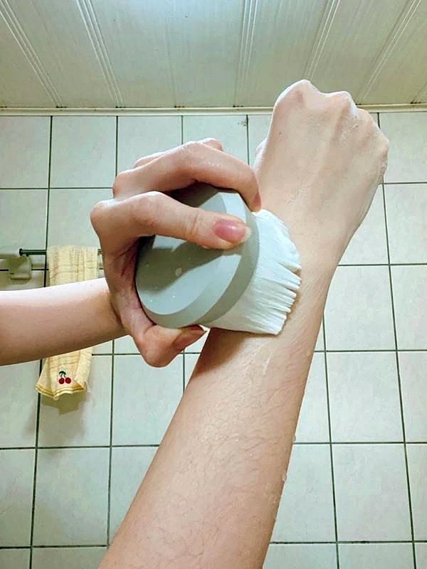 熊野筆 ROTUNDA 沐浴刷,日本職人手作洗澡刷推薦,超柔軟山羊毛+PBT混合纖維製,每次搓揉都像深層SPA按摩 3