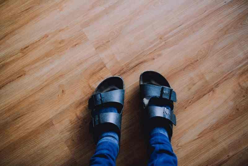 persona usando sandalias negras