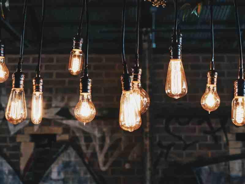 bombillas de luz encendidas