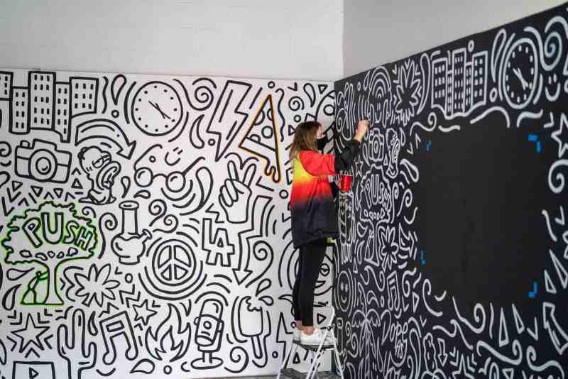 mujer pintando graffiti