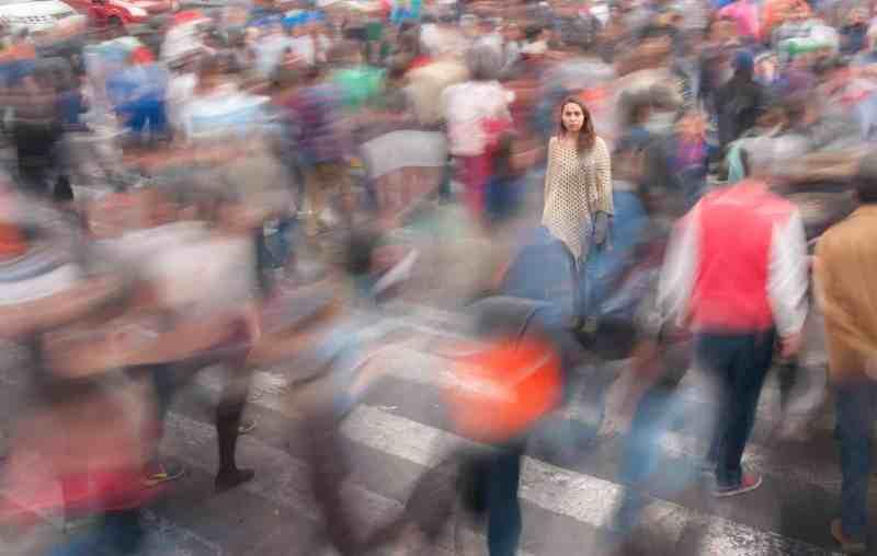 gente caminando en la calle de día